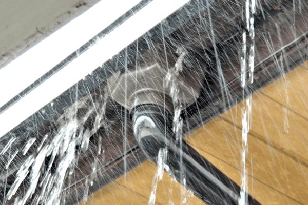 雨水が漏れる