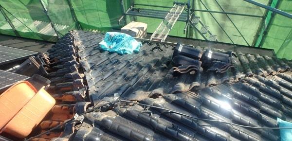 愛知県みよし市 屋根工事 既存棟瓦撤去 漆喰詰め直し作業 (1)-min