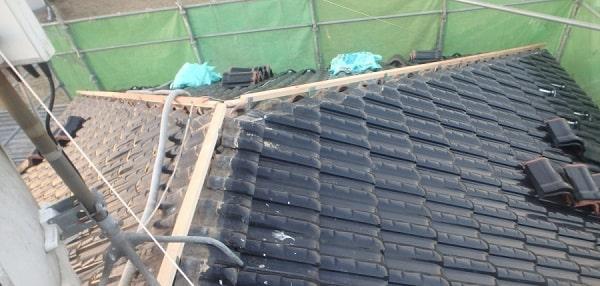 愛知県みよし市 屋根工事 既存棟瓦撤去 漆喰詰め直し作業 (3)-min