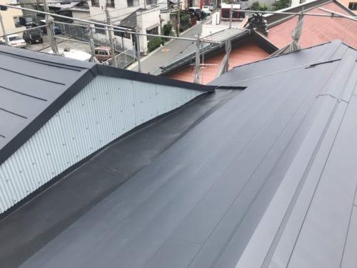愛知県みよし市 屋根工事 屋根葺き替え工事 増築の継ぎ目から雨漏り ガルバリウム鋼板へ葺き替え (2)-min