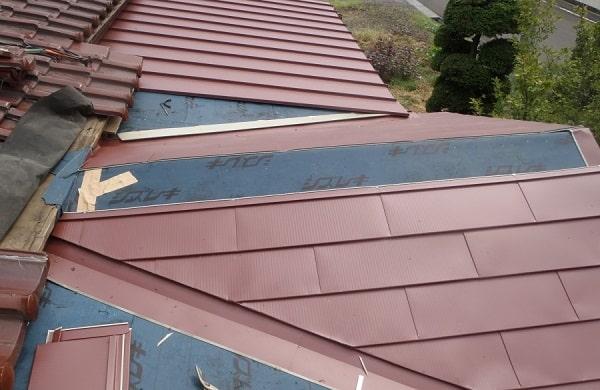 豊田市 屋根工事 瓦棒葺き屋根 玄関上和型瓦 撤去後の作業 (1)-min