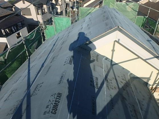 みよし市 屋根工事 重ね葺き工事(屋根カバー工法) 着工~ルーフィング張りまで (2)-min