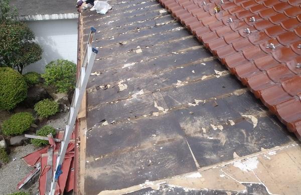 豊田市 屋根工事 雨押さえが施工されていない事が原因での雨漏り 野地板張りまで (1)