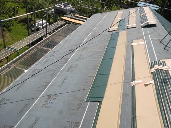 みよし市 屋根工事 屋根葺き替え工事 ルーフィング・谷板金の取り付け作業 (1)-min