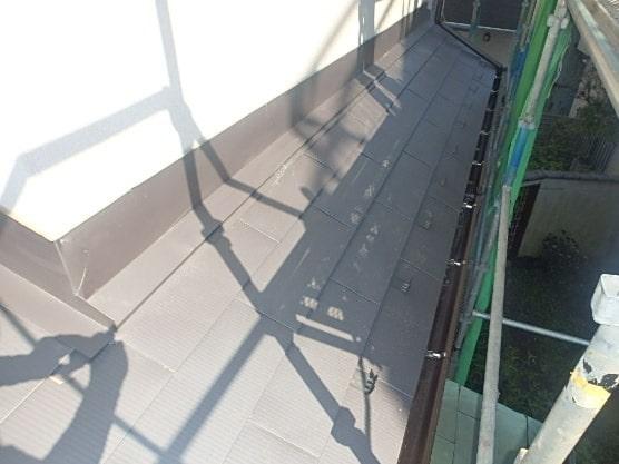豊田市 屋根工事 重ね葺き工事(カバー工法) ガルバリウム鋼板 雨押さえ板金 雪止め (2)-min