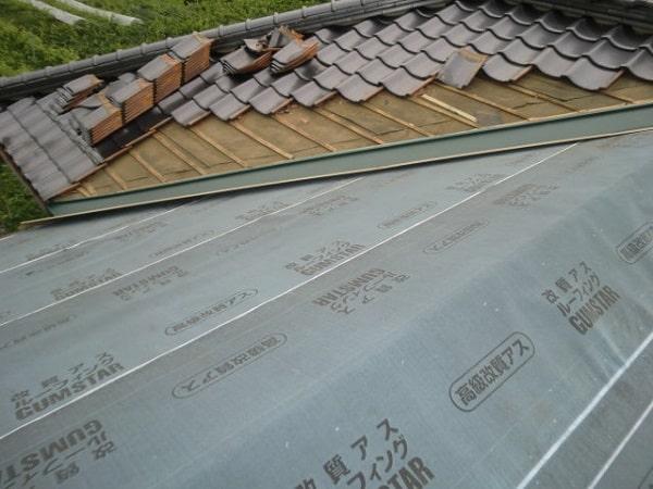 みよし市 屋根工事 屋根葺き替え工事 ルーフィング・谷板金の取り付け作業 (2)-min
