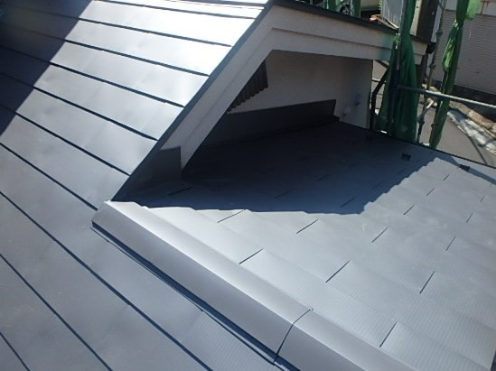 豊田市 屋根工事 重ね葺き工事(カバー工法) ガルバリウム鋼板 雨押さえ板金 雪止め (3)-min