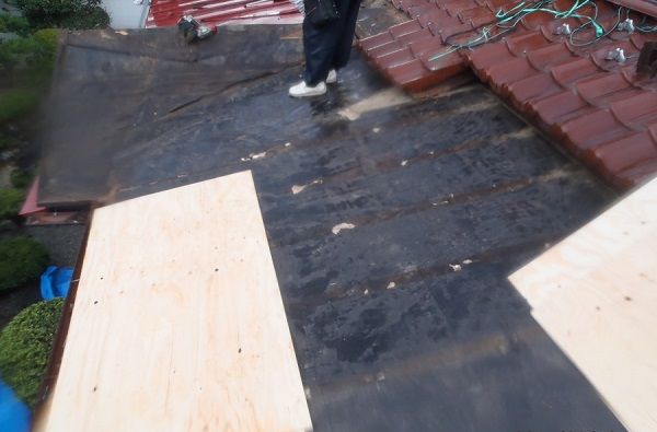 豊田市 屋根工事 雨押さえが施工されていない事が原因での雨漏り 野地板張りまで (2)