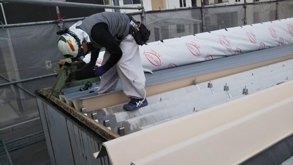丁寧に屋根を張っていく職人さん